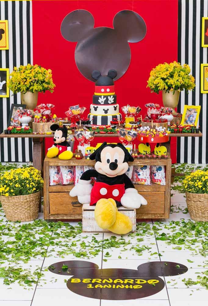 O Mickey é o grande Rei da festa. Que tal colocar um boneco do personagem bem na frente da mesa?