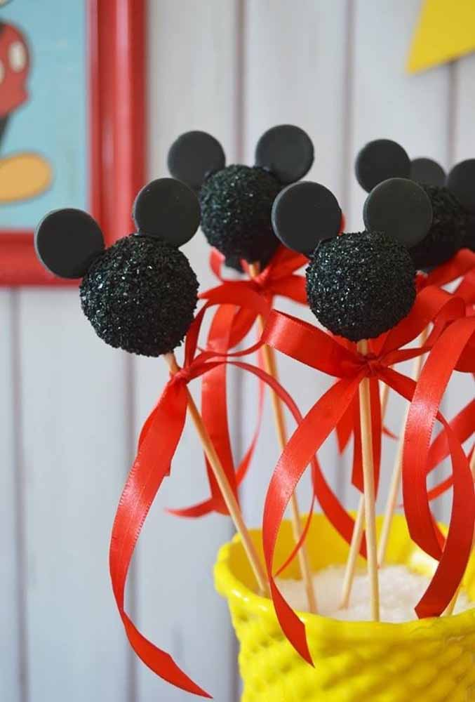 Personalize os docinhos da festa como esses bolos no palito