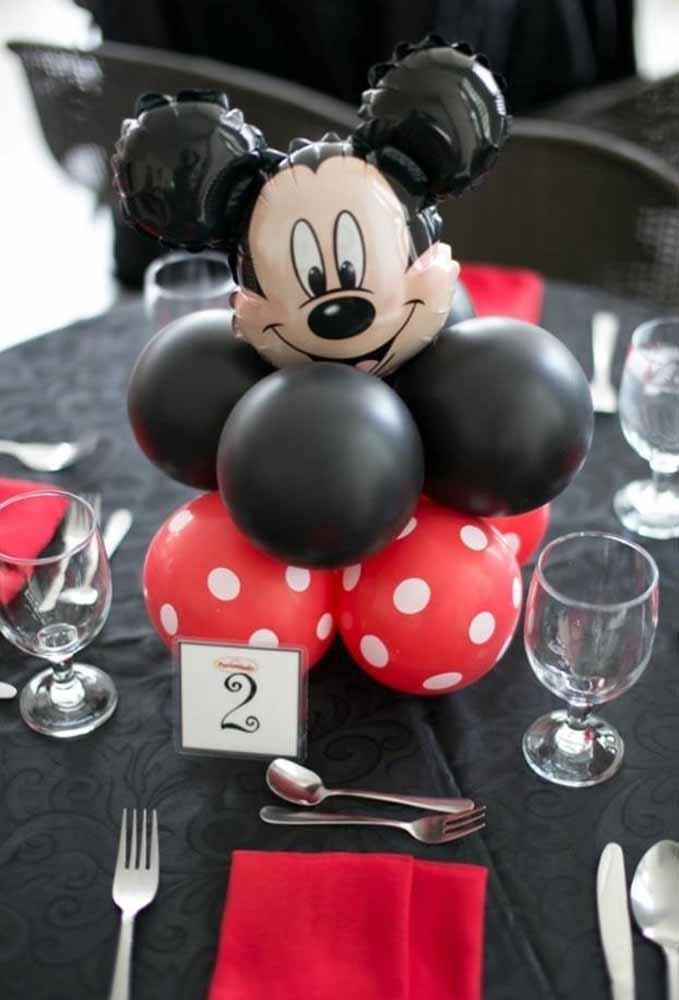 Para decorar a mesa dos convidados use um centro de mesa com o Mickey