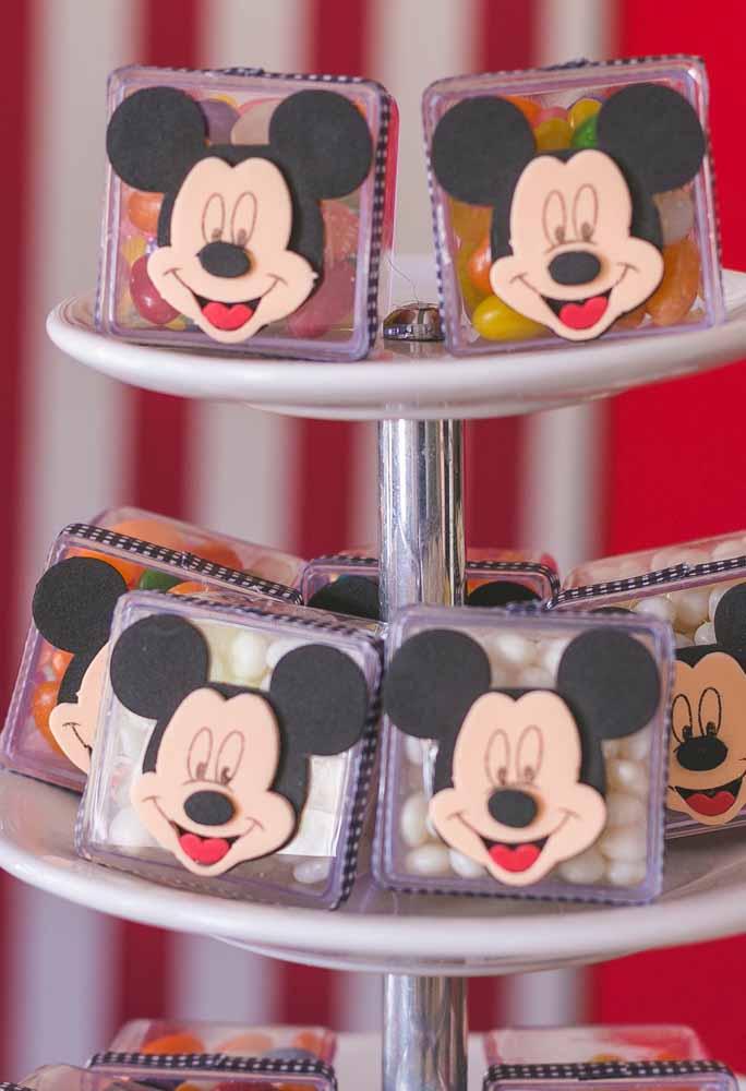 As embalagens das guloseimas ficam uma graça com a carinha do Mickey