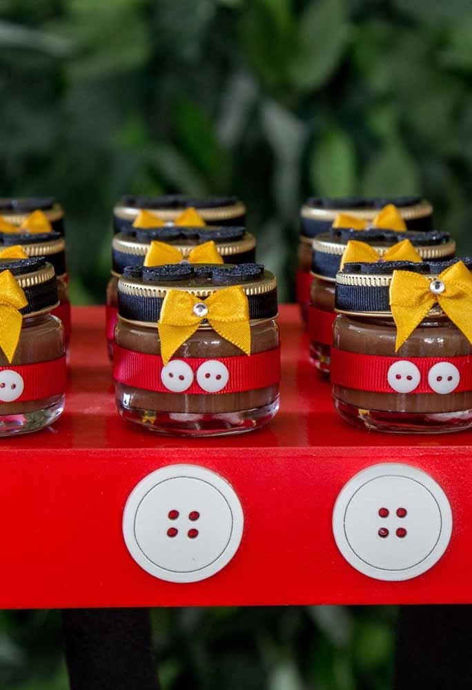 Os potinhos de brigadeiro decorados com a roupa do Mickey. Tem coisa mais fofa?