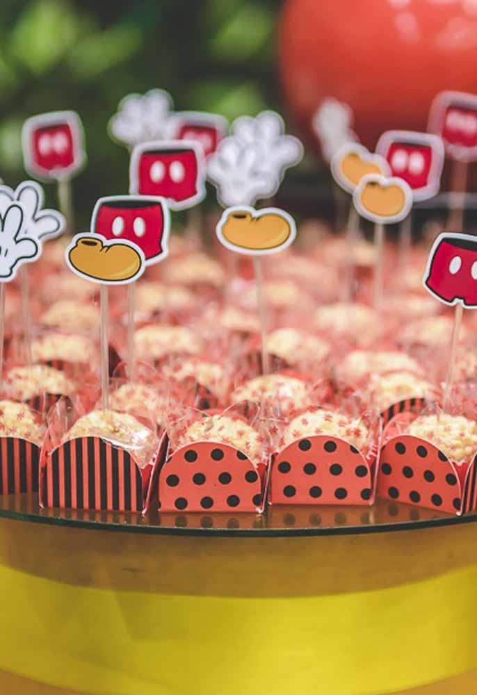 Use caixetas com desenhos que lembram o tema da festa para colocar os docinhos