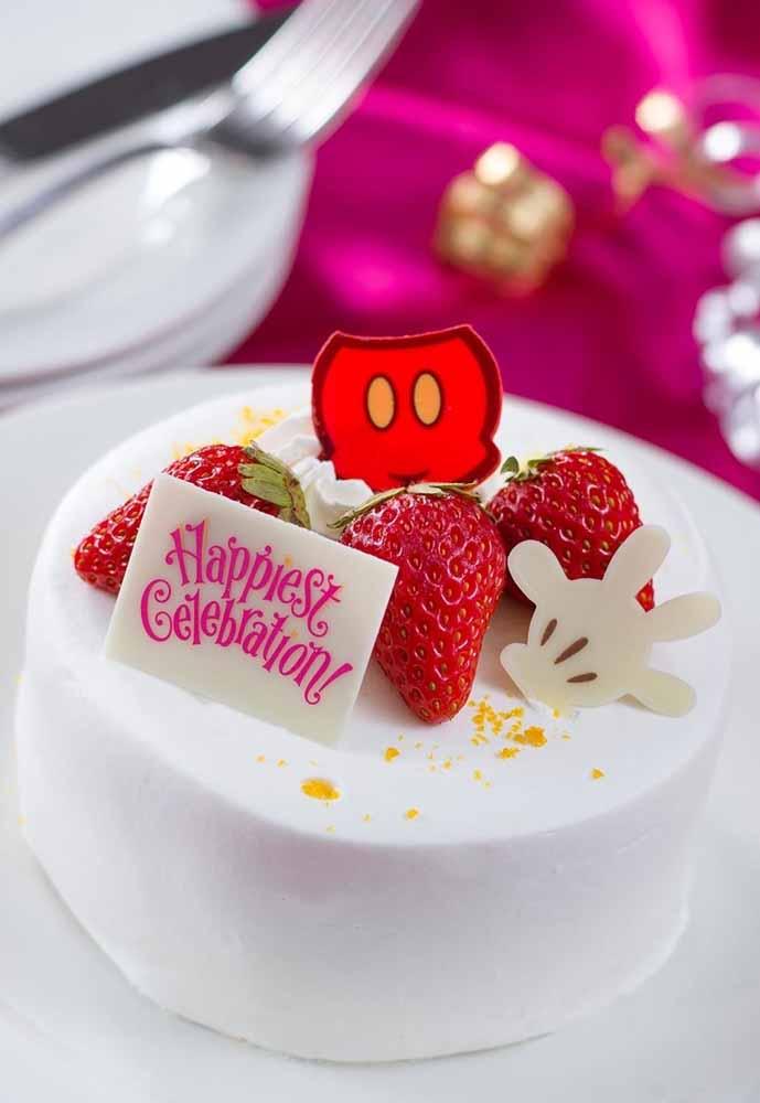 Coloque um pequeno detalhe para decorar o bolo simples e gostoso