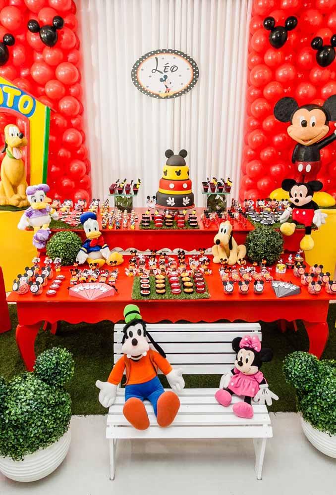 Que tal misturar muito verde na decoração do Mickey?