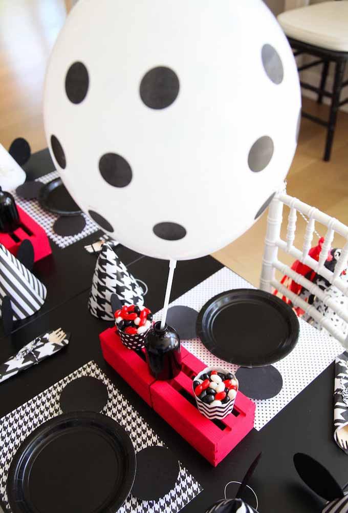Se quiser fazer uma decoração do Mickey mais moderna, aposte na cor preta