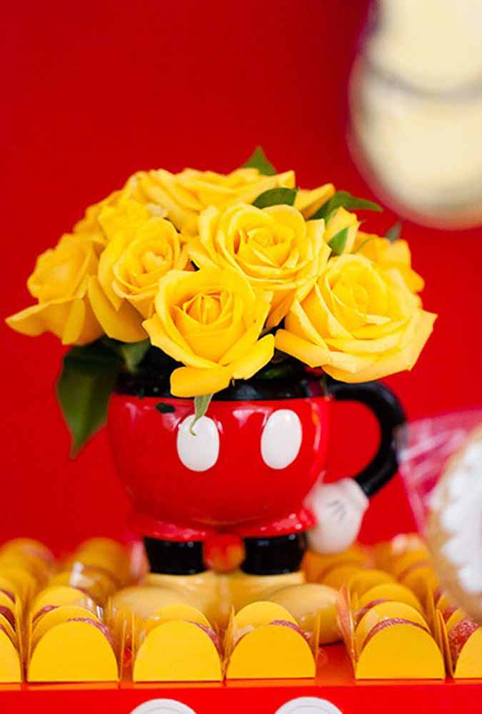 Aproveite a silhueta do Mickey para encher de flores. Este é um lindo item de decoração do centro de mesa