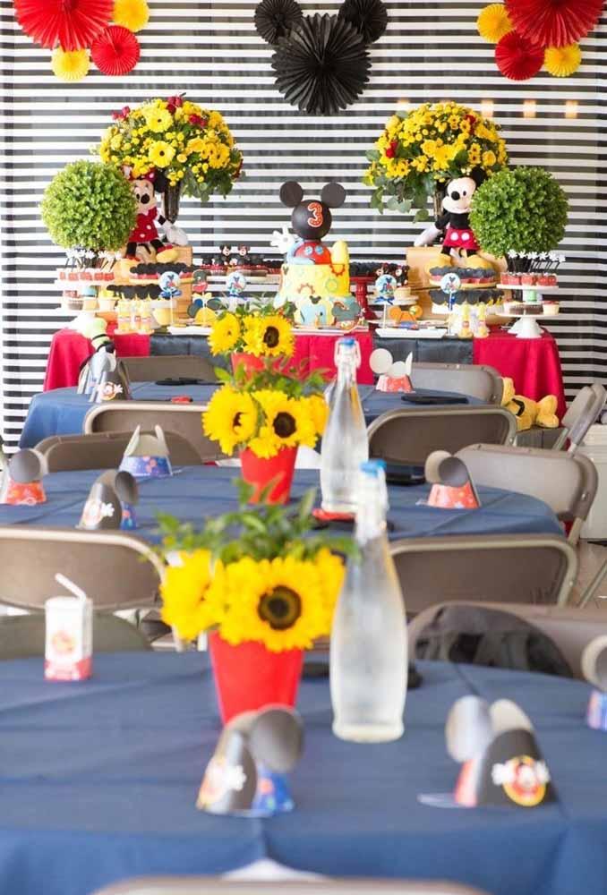 Flores amarelas fazem uma perfeita combinação com o tema Mickey