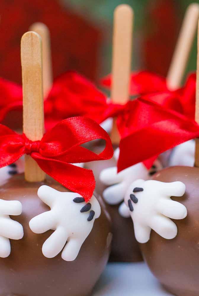 E invista em doces personalizados para oferecer aos convidados
