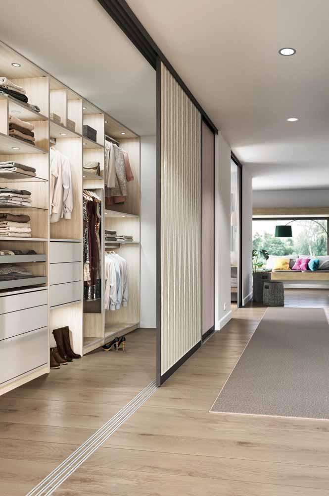 Guarda-roupa planejado com porta de correr: de tão espaçoso por dentro pode até ser chamado de closet