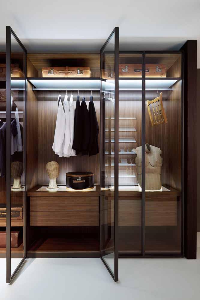 Com luzes e porta de vidro, esse guarda-roupa planejado é um luxo