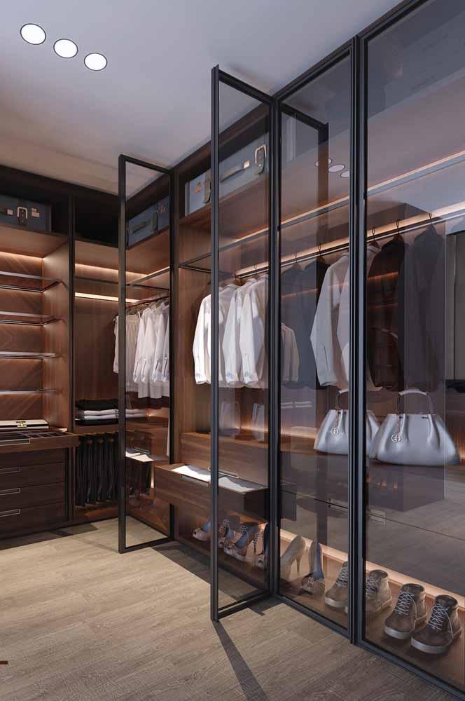 Um projeto de iluminação para o guarda-roupa faz toda a diferença, sem contar que também é funcional