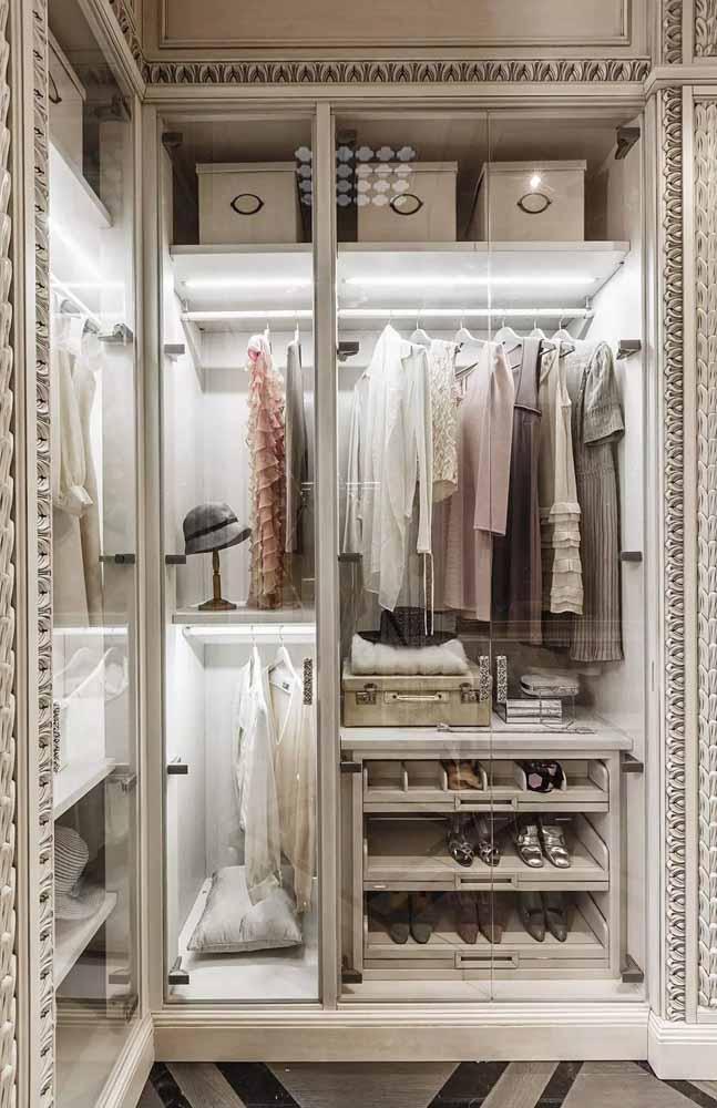 Para quem prefere um estilo mais clássico, pode optar por um guarda-roupa com moldura