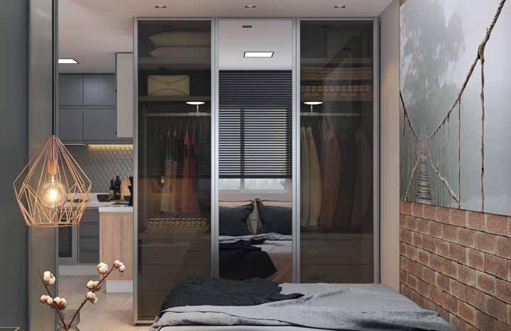 Duas portas em vidro fumê e uma porta espelhada: teria um desses?