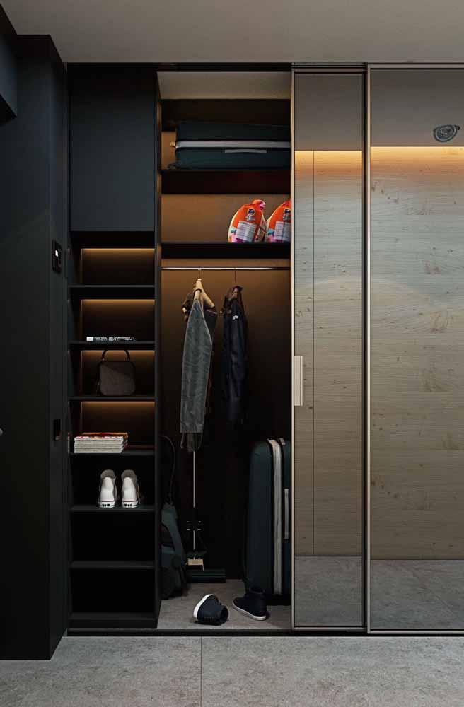 A porta de correr espelhada disfarça o guarda-roupa planejado no ambiente