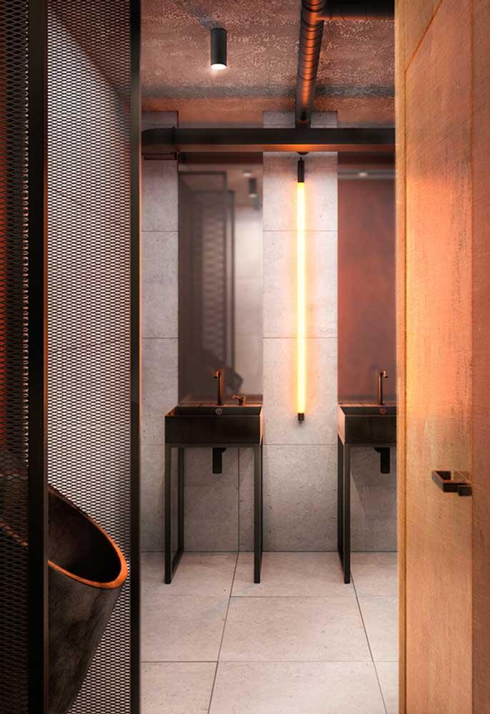 No banheiro, o neon além de iluminar o ambiente, deixa o local mais aconchegante