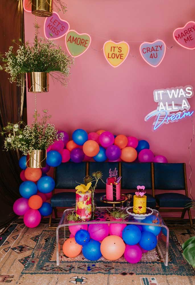 Nos aniversários a decoração neon se tornou tendência