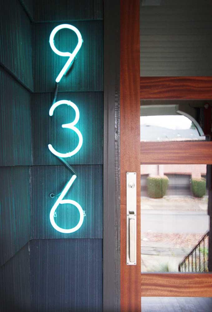 Que tal fazer a numeração da casa com neon? Impossível não ver de longe