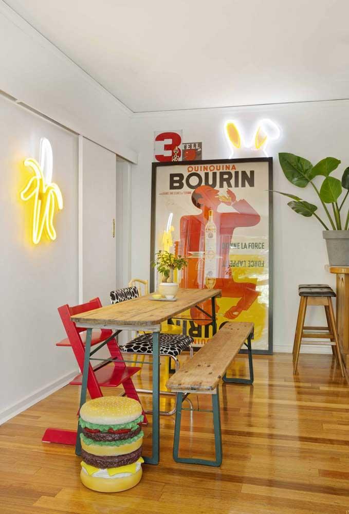 Combine uma decoração retrô com uma iluminação moderna