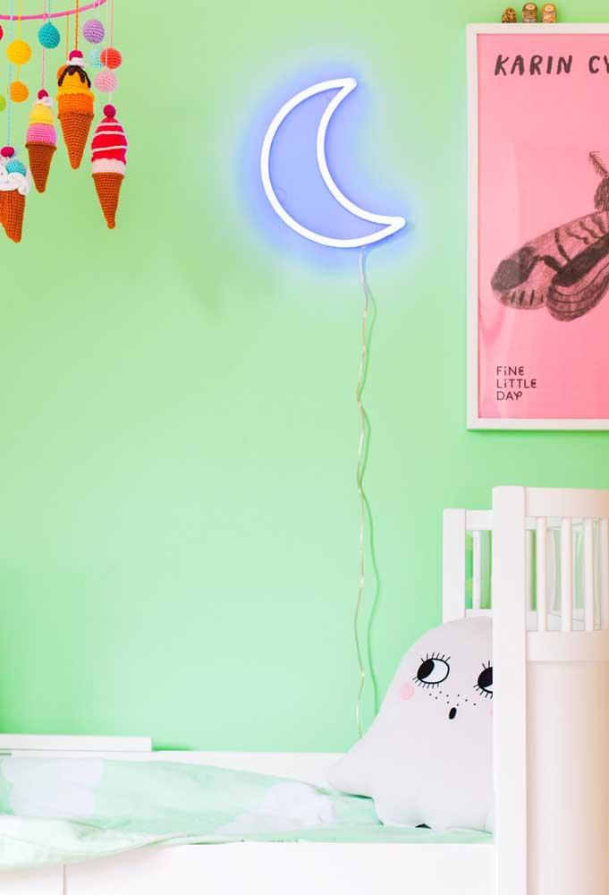 Deixe o ambiente com uma leve iluminação para facilitar na hora que o bebê for dormir