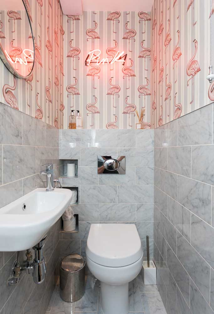 Coloque um lindo papel de parede e por cima uma iluminação neon para identificar o banheiro feminino