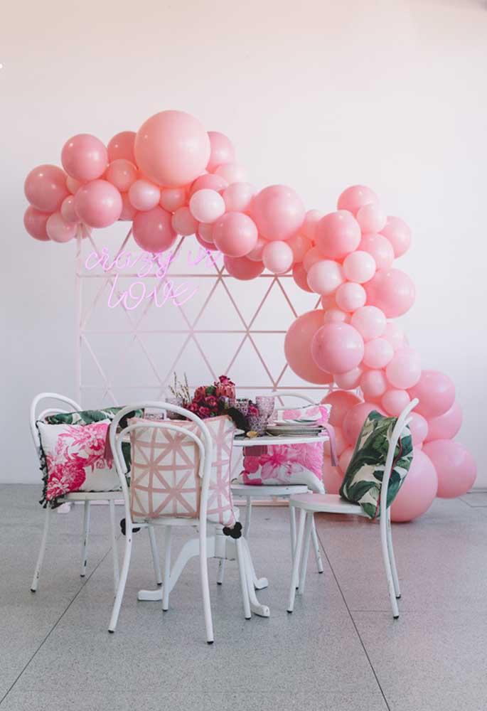 Na decoração de aniversário faça um painel com balões desconstruídos e dê um toque especial com o neon