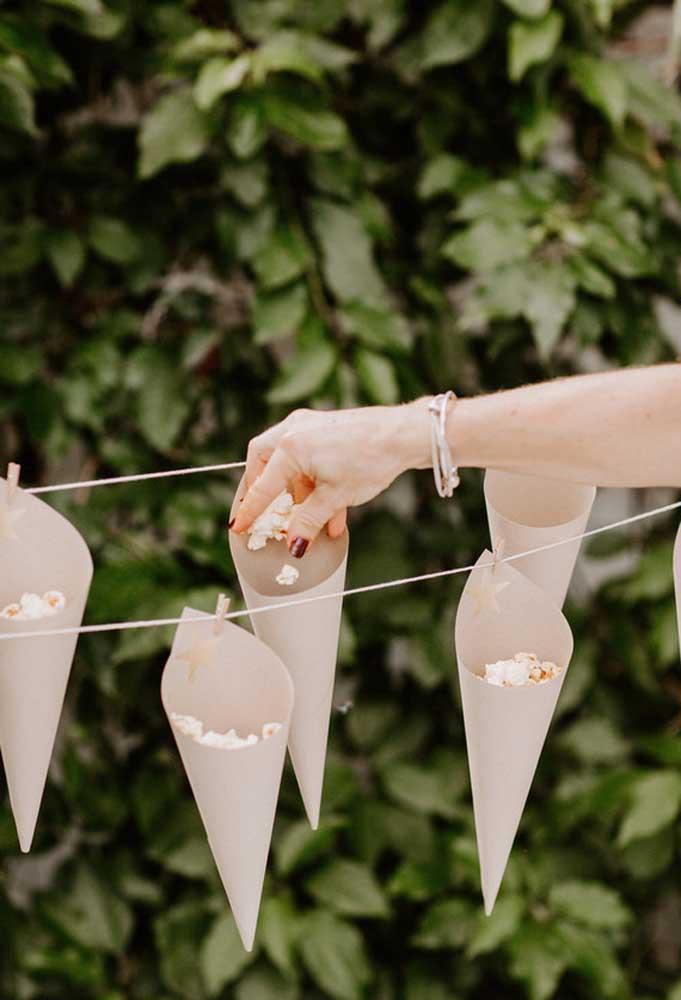Que tal fazer um varal para servir pipocas para os convidados?