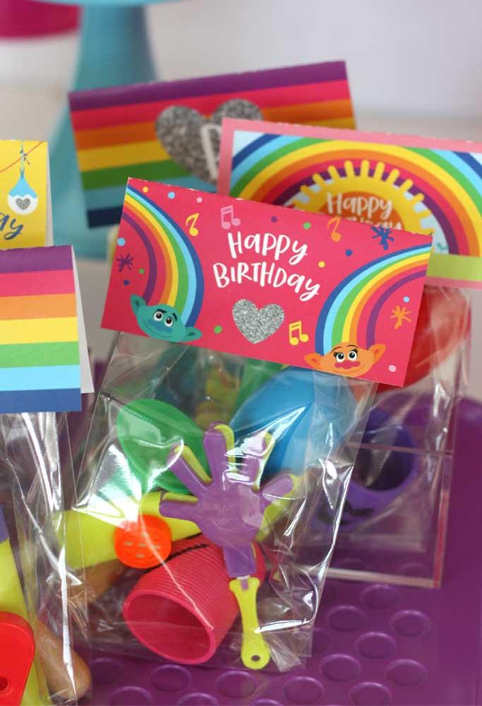 Em lojas de festas você consegue encontrar vários kits prontos que são ótimo para entregar como lembrancinhas. Uma opção prática, simples e barata