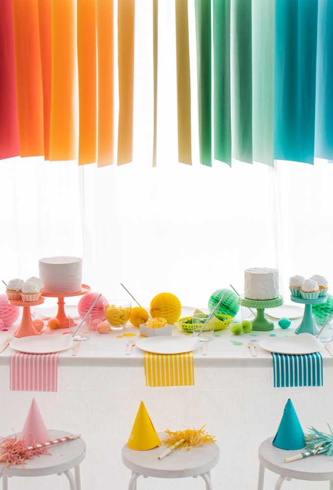 Ao invés de fazer uma festa temática com personagens, aposte na decoração colorida para deixar a festa mais animada