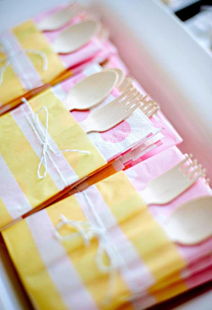 Prepare um saquinhos para guardar os talheres e guardanapos descartáveis