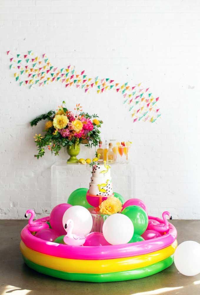 Sabe aquela piscina de plástico que as crianças adoram? Já pensou em colocar a mesa do bolo dentro dela?