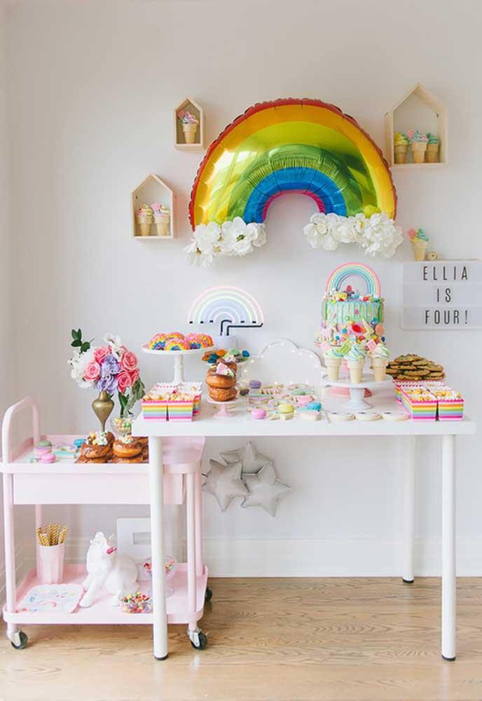 O que acha de apostar na decoração com o tema arco-íris? Simples, barato e com efeito incrível