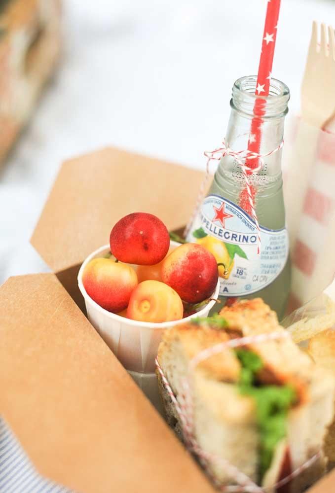 Um kit com lanches e bebida cai muito bem em uma festa mais simples e econômica
