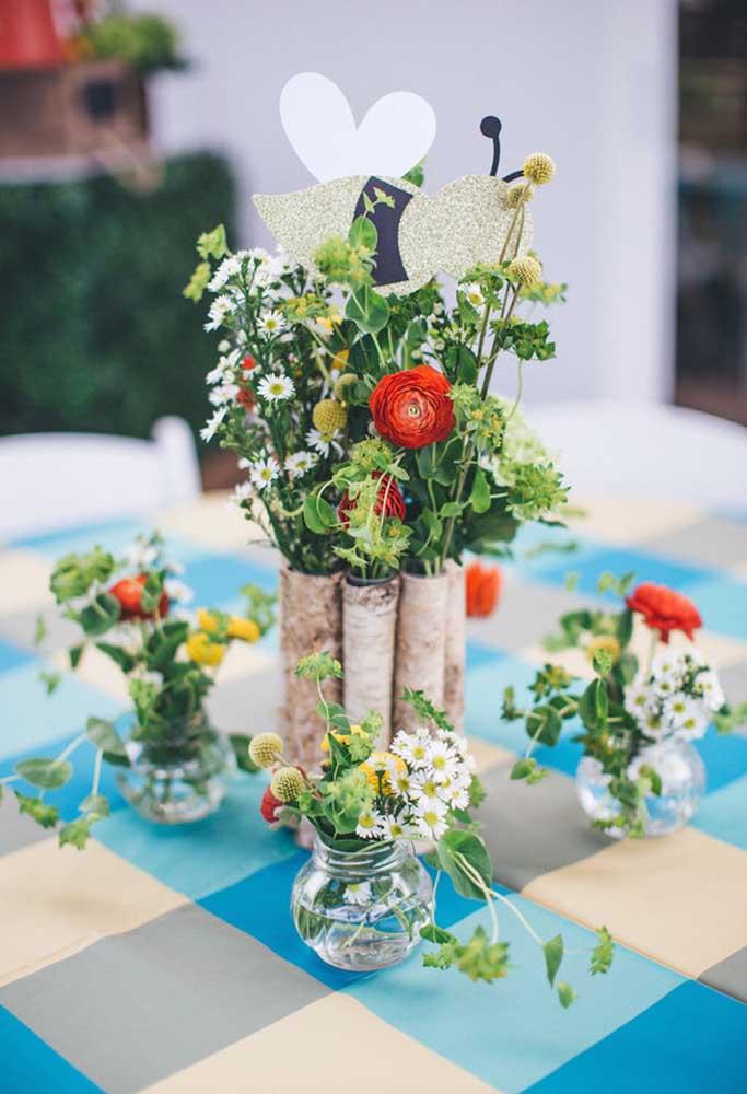 Um bom arranjo de flores deixa qualquer mesa de aniversário super charmosa