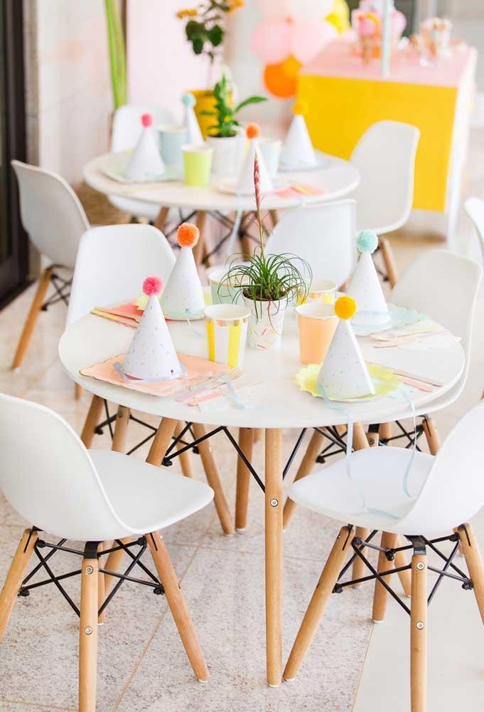 Para preparar a mesa dos convidados, use apenas chapéus e elementos descartáveis