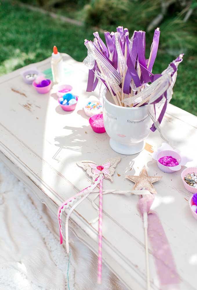 Mesinha simples e encantadora para uma festa feminina