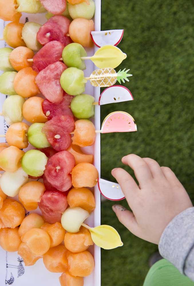 Sirva espetinho de frutas para seus convidados. Além do espetinho ser delicioso, acaba sendo uma opção mais saudável