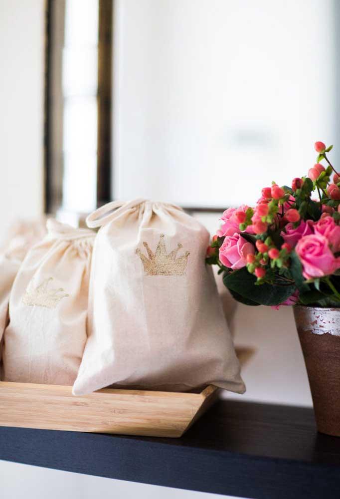 Prepare uns saquinhos de tecido para colocar vários brindes diferentes para seus convidados
