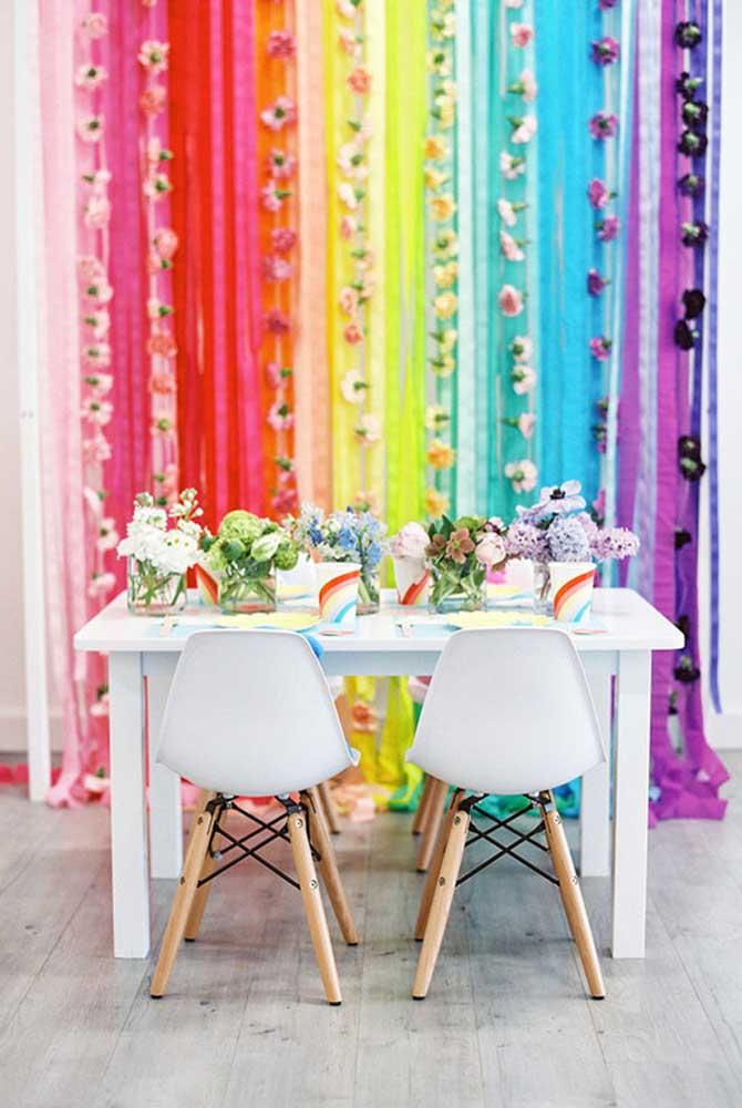 O papel crepom é um material que permite fazer coisas incríveis como esse cortinado. Para decorar a mesa, faça pequenos arranjos de flores