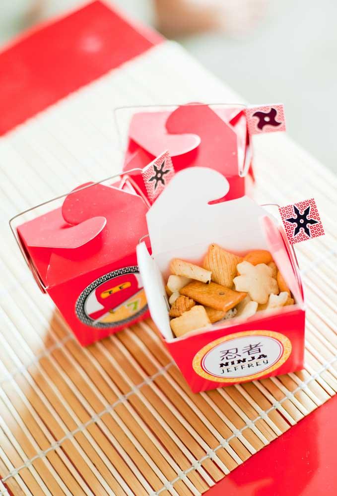 Sabe aquelas caixinhas de comida chinesa? Você pode enchê-las com biscoito e entregar como lembrancinha da festa
