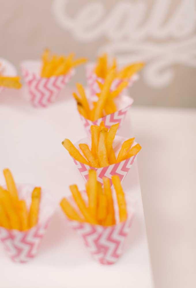 Prefira servir os convidados com porções individualizadas. Para isso, faça embalagens para colocar a batata frita