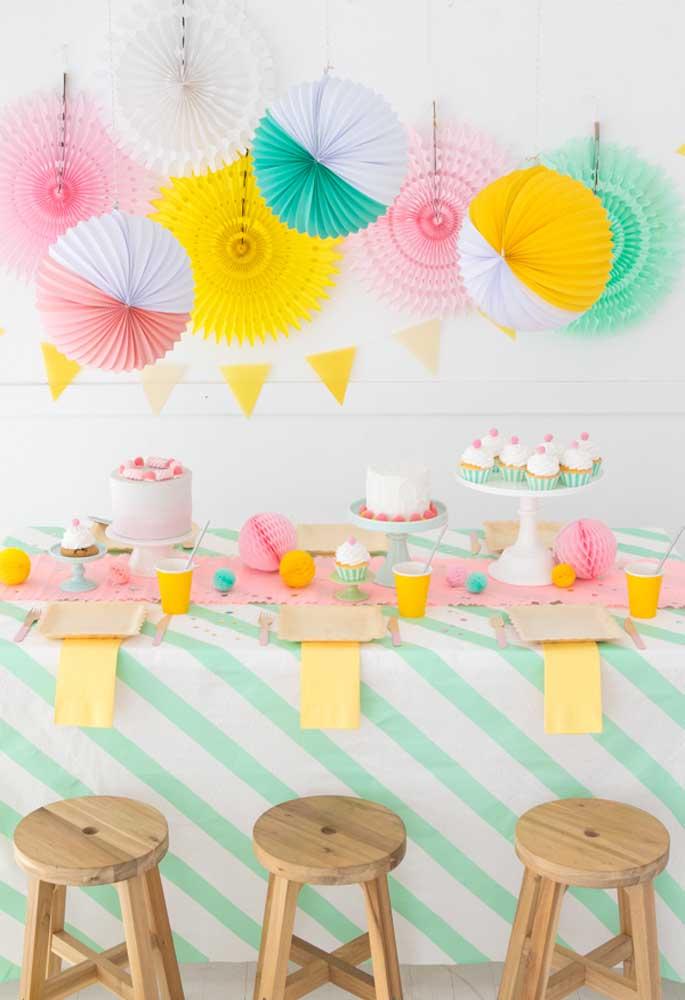 Use elementos diferentes e coloridos para decorar a festa de aniversário, sem precisar gastar muito