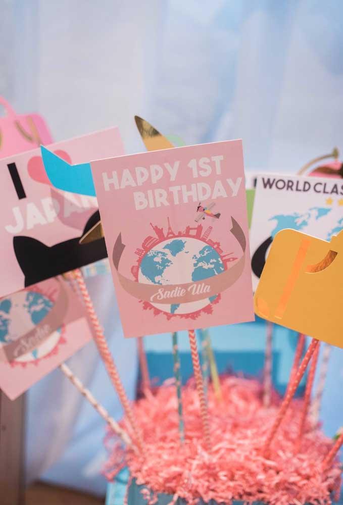 Decore a mesa de aniversário com alguns cartões