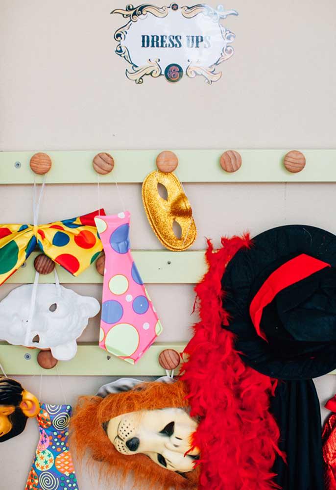 Separe um espaço com trajes e vestimentas para os seus convidados caírem na balada