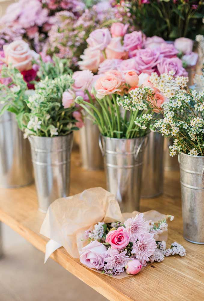 As flores naturais sempre são usadas em diversos tipos de decoração. Aproveite para fazer lindos arranjos