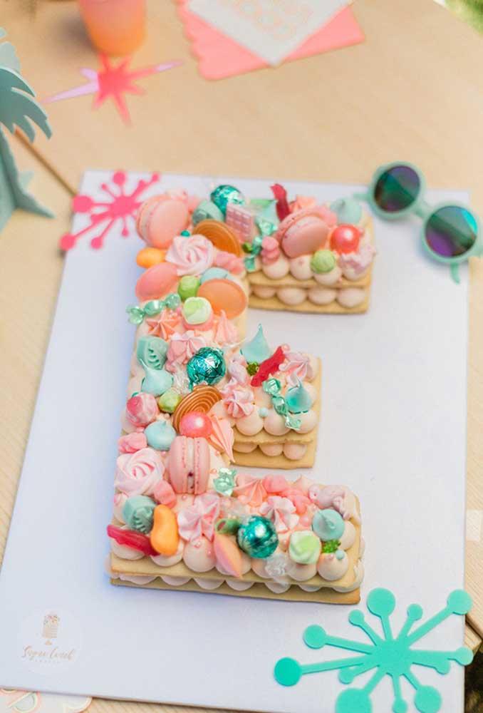 Faça um bolo completamente diferente. Para isso, misture vários tipos de guloseimas deliciosas