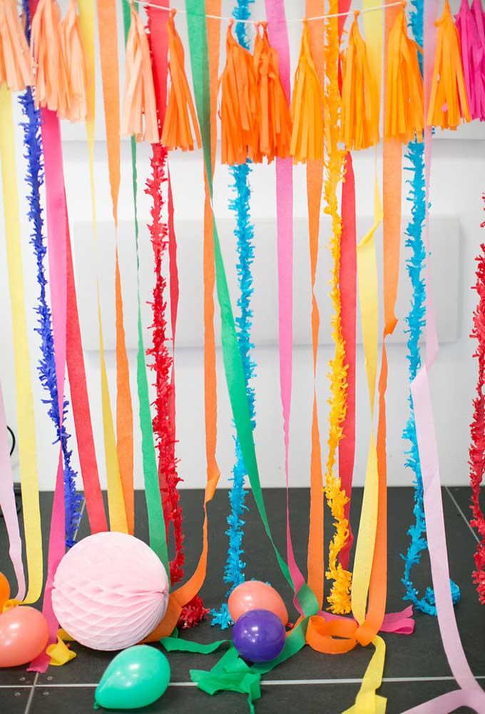 Não há nada mais barato do que usar papel e fita para fazer uma decoração. O resultado vai depender da sua criatividade