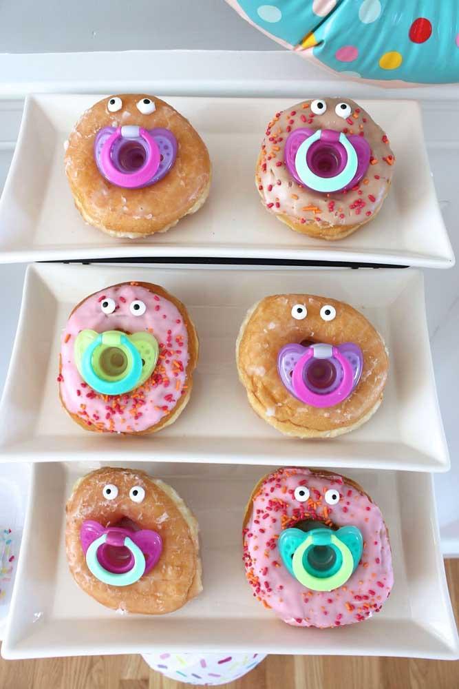 Os donuts devem entrar no clima da festa. Por isso, você deve personalizá-los com os itens que fazem parte de um chá de bebê