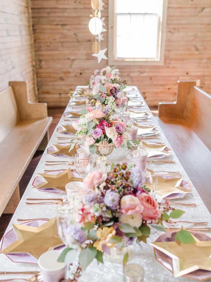 Em um chá cheio de convidados, capriche na decoração da mesa