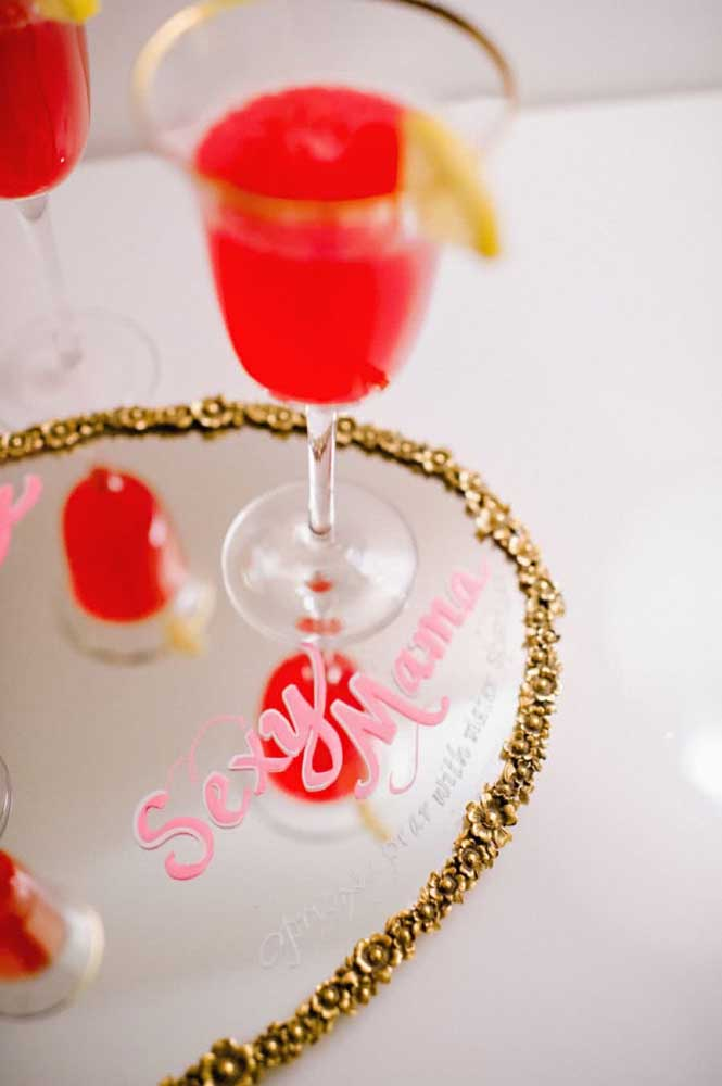 Divirta os convidados com frases engraçadas e inspiradoras que combinam com cada bebida