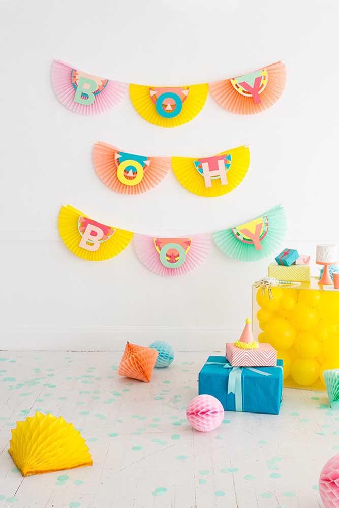 Aposte em uma decoração colorida para na hora de fazer o chá de bebê e fraldas